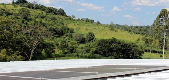 O primeiro sistema de geração distribuída de energia elétrica do município de Caconde/SP. Seis painéis fotovoltaicos são responsáveis pela geração que supre parte do consumo do sítio Barro Preto.